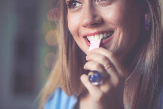 Nhai kẹo cao su nhiều có tốt không?