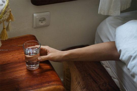Uống nước trước khi đi ngủ – nên hay không?